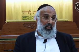 הרב ארז רמתי במסירת שיעור תורני | מתוך סרטון ביוטיוב