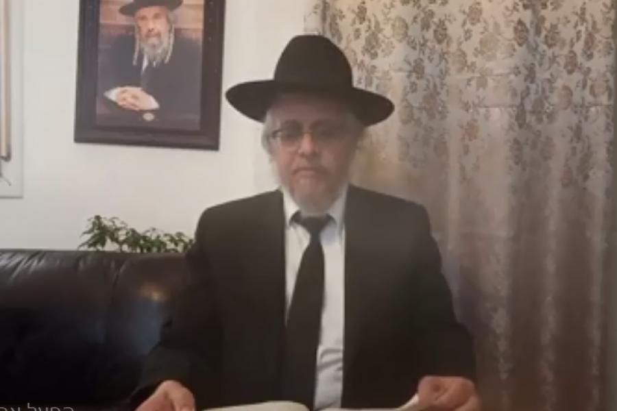 הרב עמרם קורח במסירת שיעור בביתו | צילום מתוך היוטיוב