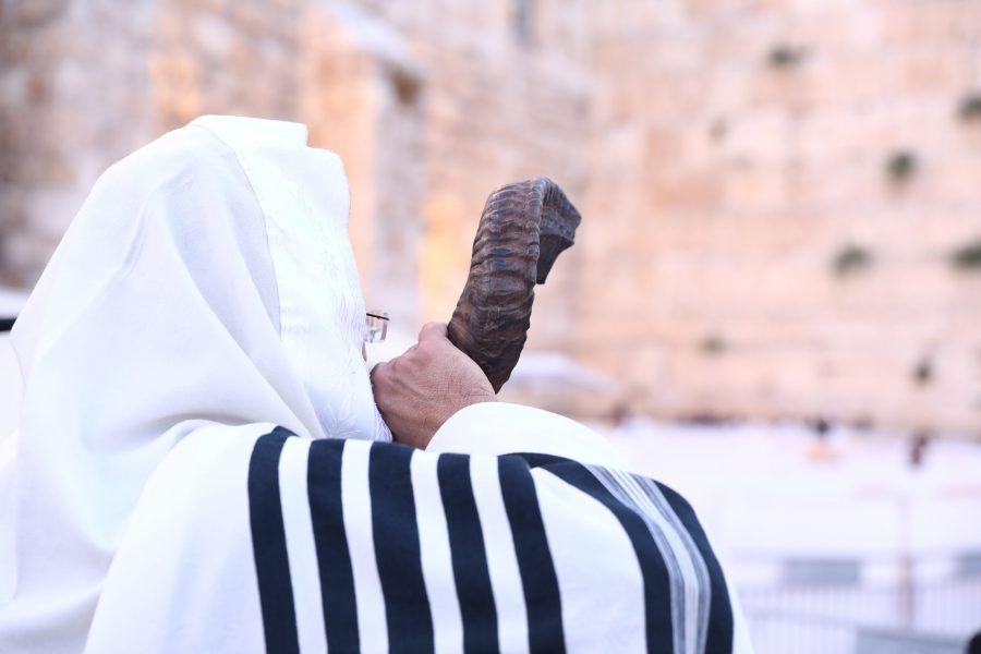 תקיעת שופר ברחבת הכותל המערבי במעמד רבני 'המאורות' | צילום שמואל דריי