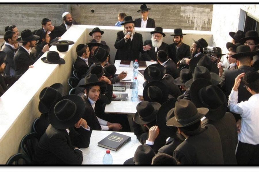 הרב שלמה קורח בכינוס לבני ישיבות בחצר ביתו   צילום: ארכיון המאורות